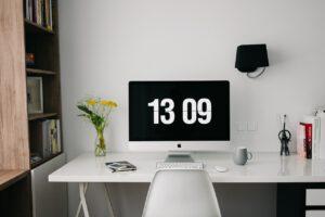 Schreibtisch mit Uhr