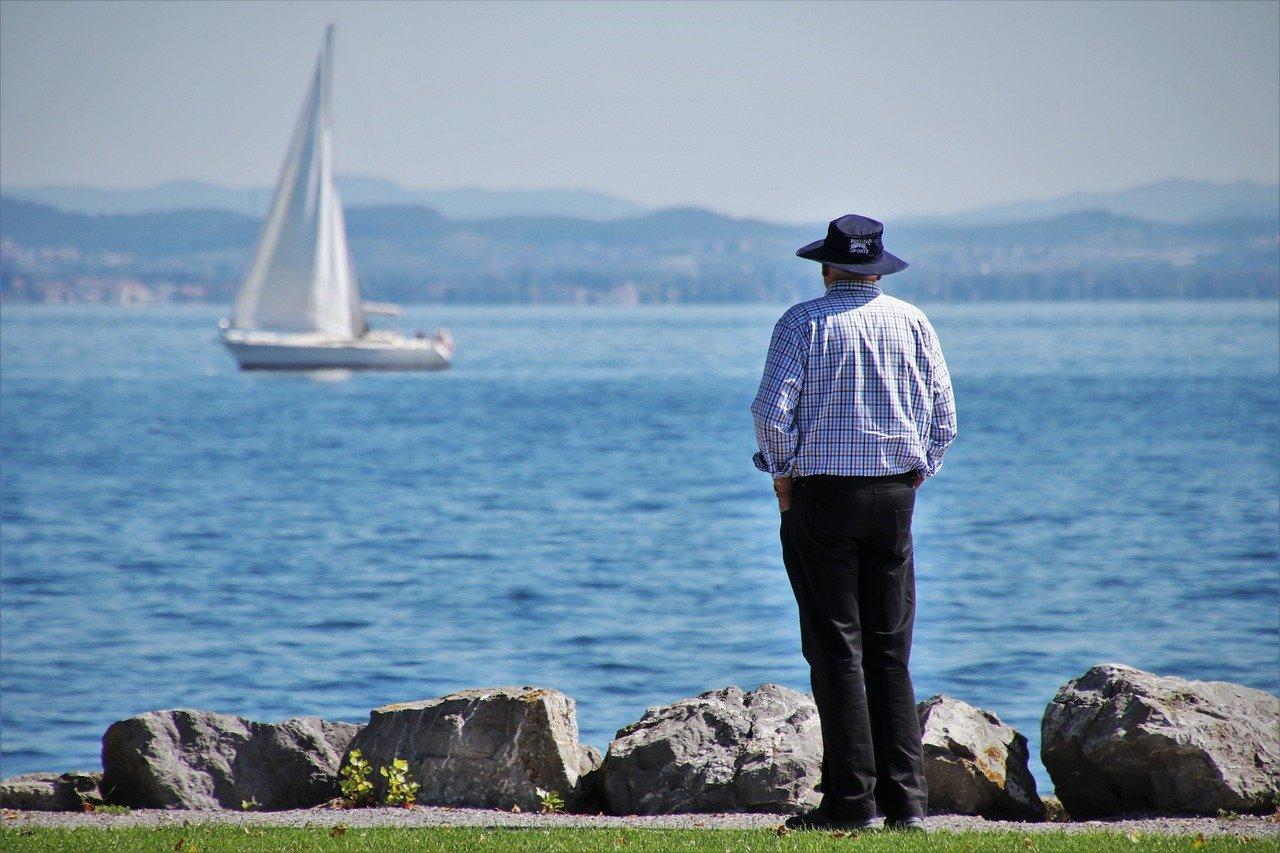 Senior mit Segelschiff